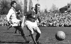 Johan Cruyff marcando a Martin Koeman, en un Ajax Vs Groningen de 1966. ***Martin Koeman padre de Ronal y Erwin