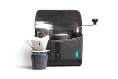 x Blue Bottle Coffee Travel Brew Kit: Born out of a hatred for hotel coffee, San Francisco brands and Blue Bottle Coffee have Coffee Box, Coffee Cafe, Coffee Ideas, Coffee Gifts, Camping Coffee, Coffee Travel, San Francisco Coffee, Blue Bottle Coffee, Nitro Coffee