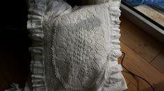 großes Kissen mit Spitze und Rüschchen