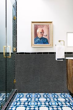 Kaleidoscope of Uncompromising Design Ideas by Gestalten Tile mix. Blue patterned floor tile and black penny tile on the walls. Blue patterned floor tile and black penny tile on the walls. Penny Round Tiles, Penny Tile, Hex Tile, Wall Tiles, Subway Tiles, Tiling, Mosaic Wall, Mosaic Tiles, Minimalist Bathroom