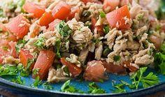 Салат с консервированным тунцом - простой и сытный. Понадобится: банка консервов, помидоры, консервированная кукуруза, лук, зелень и сметана.