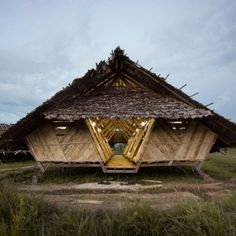 Teak+and+bamboo+structures+accommodate++Burmese+refugees+in+a+Thai+village