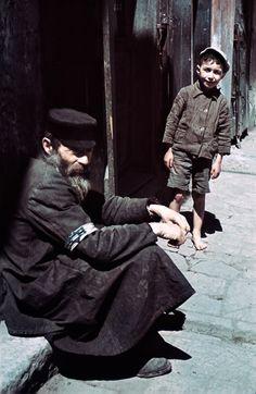 Homme et garçon dans le quartier juif.  Ghetto de Lublin, 1940 (photo prise avant la fermeture du ghetto). Max Kirnberger © Deutches Historiches Museum