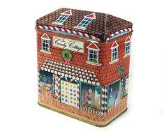 Muy lindo vintage ilustrado lata de metal. Está diseñado como un poco de moda, lata de ladrillo rojo - The Candy Cottage. Parte del diseño - el toldo y las puertas están hechos para parecerba bastones de caramelo rojo / blanco. La lata es de color rojo apagado y marrón suave, con un techo de tejas a Metal Box, Metal Tins, Tin Boxes, Box Company, Vintage Storage, White Lilies, Red Bricks, Candy Cane, Metallica