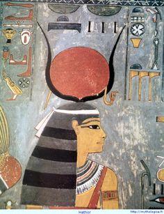 Hathor : la vache céleste Déesse de l'amour, de la joie, de la musique. Elle est la fille du soleil Rê et l'épouse du dieu Horus. Elle peut être représentée sous forme humaine (une femme) ou animale (une vache). Hathor porte toujours le disque solaire (elle est la fille de Rê) entouré des deux cornes de la vache. Elle tient dans sa main droite le sceptre ouadj, surmonté par une ombrelle de papyrus qui symbolise la santé et l'éternelle jeunesse.