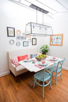 THAT FIXTURE!!! Hollie Hill Home Tour // breakfast nook // turquoise chairs // bench seat // kitchen table styling // gallery wall // photography by Tin Can Photography