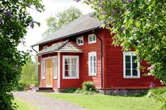 Vacker falurött timrat hus med veranda - Old barn red cottage house, Sweden Swedish Cottage, Red Cottage, Cottage Homes, Swedish Log, Sweden House, Red Houses, House Siding, Cabins And Cottages, Scandinavian Home