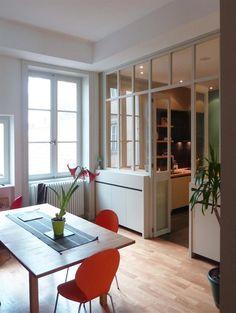 Kitchen open to the dining room by a glass canopy | Cuisine séparée de la salle à manger par une verrière.