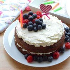 Nadýchaný a vláčný kakaový korpus, jemný krém z mascarpone a čerstvé ovoce - tak málo stačí k dokonalému výsledku. Vyzkoušejte recept na nahý dort, který není vůbec těžký na přípravu. Foodies, Food And Drink, Birthday Cake, Party, Recipes, Live, Per Diem, Mascarpone, Birthday Cakes