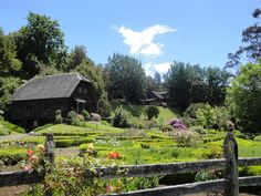 Frutillar chile | Chile 3º dia Puerto Varas/Frutillar « Glam Rock Glam Rock, Magick, Cottages, Places To See, Travelling, House Styles, Garden, World Of Fashion, Travel