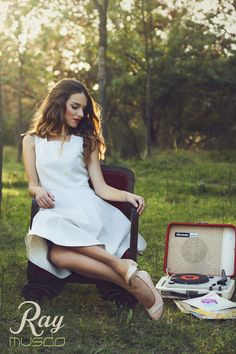 lookbook verano 2015 - RAY MUSGO Zapatos ecologicos de mujer #silla #chair #butaca #dress #vestido #tacones #zapatos #heels #shoes #nature #listening #music #musica #disco #tocadiscos Musica Disco, White Dress, Dresses, Fashion, Record Player, Shoe Collection, Sustainable Fashion, Spring Summer 2015, White Gowns