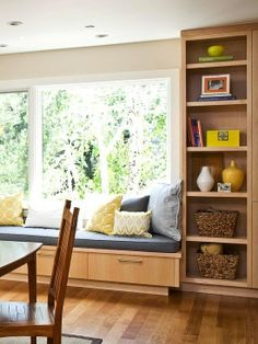 bay window + window seat next to dining/kitchen table