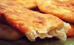 Όπως και να το πει κανείς…τηγανόψωμο, τυρόψωμο ή τυροπιτάρι…το αποτέλεσμα είναι το ίδιο. Το «ταπεινό» ψωμο-τύρι εν τη ενώσει του! Υλικά ½ κιλό αλεύρι για όλες τις χρήσεις 1 φακελάκι ξερή μαγιά 2 κ.σ. ξύδι 2 κ.σ. λάδι 1 ½ κούπα χλιαρό νερό Αλάτι ½ κιλό φέτα σε τρίμματα Ελαιόλαδο Greek Bread, Greek Appetizers, Greek Sweets, Greek Cooking, Eat Greek, Crepes, Greek Recipes, Pain, The Best