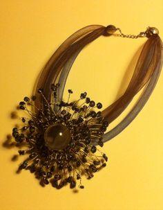 Collana con medaglione centrale in fil di ferro e pietre dure