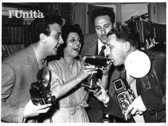 Anna Magnani festeggia la vittoria dell'#Oscar con fotografi e giornalisti, 21 marzo 1956. #AnnaMagnani #Hollywood