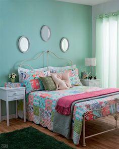 As cores fofas e o mix de espelhos acima da cama torna o ambiente mais acolhedor ♥