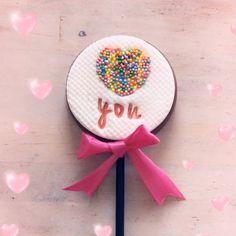 Chocolade lollie gedecoreerd met fondant, SweetStamp en edible art paint van SweetSticks. Valentine Treats, Valentines, Fondant, Cupcakes, Stamp, Valentine's Day Diy, Cupcake, Valantine Day, Fondant Icing