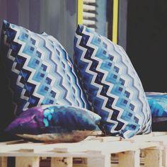 Começa a SPFW e o radar capta uma cor para o primeiro post sobre o assunto: azul Niágara! Fica como referência essas almofadas da @souarcodesign e a publicação está no blog! #spfwtransn42 #niagarablue #pantone #agoranocola #colainspira #azul [link no perfil]