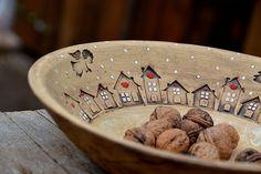 obří mísa s příběhem-zima na vesnici/ rezervace / Zboží prodejce lavender Pottery Houses, Slab Pottery, Pottery Plates, Ceramic Pottery, Pottery Art, Pottery Painting, Ceramic Painting, Ceramic Clay, Ceramic Plates