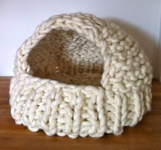 Cat Cave covered cat bed knitted in giant wool Cat Cave covered cat bed knitted in giant wool Always aspired to discover how to knit, although unclear how to start? Giant Stitch, Hand Knitting, Knitting Patterns, Extreme Knitting, Cotton Cord, Cat Basket, Knit Stockings, Aran Weight Yarn, Cat Cave