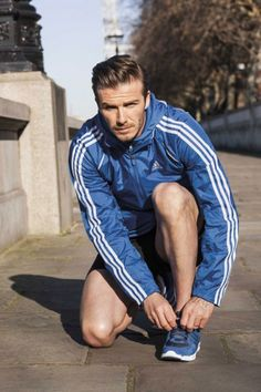 David Beckham and Katy Perry are featured in new Adidas ClimaCool running shoe ad campaign. Beckham looks hot as he runs along the River Thames in his own pair of the new sneakers. Style David Beckham, Moda David Beckham, Vic Beckham, Bend It Like Beckham, David Beckham Adidas, David Beckham Pictures, Sport Fashion, Mens Fashion, Equipe Real Madrid