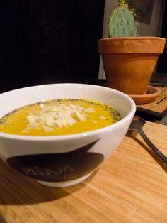 Rapide et super bon, la soupe de potiron : Là j'avais un potiron bleu de Hongrie -Couper et épépiner le (on s'embête pas à l'éplucher surtout si c'est du bio). -Allez hop, tout dans une casserole. -Recouvrir d'eau. -Un bouillon de légume. -C'est cuit…on mixe. Tadaaam c'est prêt !!!