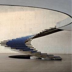 Tour d'horizon des 20 escaliers les plus étonnants dénichés aux quatre coins du monde / Photo Palais d'Itamaraty, Ministère des Affaires Etrangères, Oscar Niemeyer, Brasilia, Brésil.