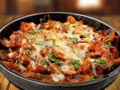 ПИЛЕ ПО РОДОПСКИ Домашно приготвена кавърма с пилешко месо, гъби, печен пипер, доматено пюре, подправки и кашкавал.