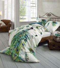 Bettwäsche mit dem Motiv eines Pfau! Sehr edel und hochwertig. In blau, türkis auf weißem Jersey. Von fleuresse bei N&K Bielefelder Wäsche.