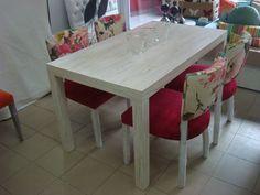 Comedor compuesto por mesa comedor modelo DL en madera de caoba patinada en blanco y sillas Vitamina respaldo redondeado tapizadas en lino floreada y pana magenta en asiento También patinadas en blanco. Razza Home