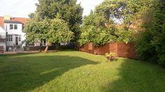 Individueller Zaun in Querverlattung lasiert mit Osmo Öl. Integrierte Sitznischen (2x4m und 1x1,2m). Höhe ca 1,7m