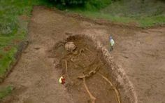 The Giants Found in Romania and the CIA Cover-Up Everyone has heard of the giant characters of legend, sometimes called cyclops or ogres. Giants were generally presented as creatures so big that the earth trembled when they walked. The Crow, Aliens And Ufos, Ancient Aliens, Ancient History, Giant Skeletons Found, Human Giant, Nephilim Giants, Nephilim Bones, Giant People