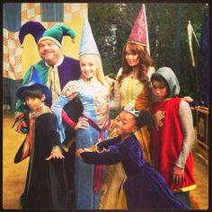 Everybody on the cast of Jessie in they're royal outfits! Royal kingdom of jessie Cast Of Jessie, Karan Brar, Emma Ross, Luke Benward, Unicorn Princess, Skai Jackson, Inka, Disney Channel Stars, Old Disney