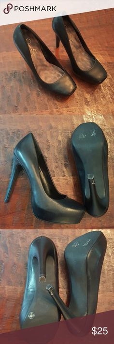 "Jessie Simpson black platform heels Jessica Simpson black platform heels, heel height approximately 5"", platform height approximately 1.5"", one knick left heel at bottom of heel pictured in 3&4, nothing a black sharpie won't slove ??, pretty sure I wore 1x, need more pics just ask! Jessica Simpson Shoes Heels"