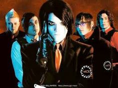 This picture is so cool, look at how gorgeous Gerard is!