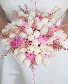 Bouquet romantico realizzato con fiori di Tulipani, Ranuncoli ed Astilbe.........