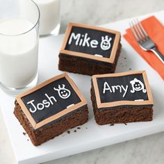 Wilton Head of the Class Chalkboard Brownies -- Surprise the kiddos to an extra-special after school treat. These easy brownies look like mini black boards. Personalize the message to match your boy or girl's name. Wilton Cakes, Cupcake Cakes, Cupcakes, Chalkboard Cake, Fondant, Teacher Breakfast, School Treats, School Lunches, Classroom Treats