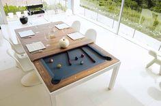 Een eettafel die onder zijn stoere tafelblad een pooltafel verbergt. Zo kun je na het tafelen eenvoudig de bovenkant verwijderen en de ballen klaar leggen.