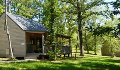 Dit houten natuurhuisje is tussen de bomen genesteld...