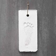 Tämä lapsen jalanjälki on tehty kipsijauheesta paperimassamuotin avulla. IDEA 14497 Cordon En Cuir, I Love Dogs, Bathroom Hooks, My Love, Glue Sticks, Arm Cast, Hanging Decorations, Gypsum, Leather Cord