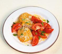 Parmesan-Schnitzel///Das schnellste Schwein der Welt: in Ei-Parmesan gebraten und mit Tomatensalat serviert.