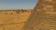 Trop méconnues par le grand public, les pyramides présentent au Soudan sont un trésor ! Près de 220 pyramides y sont recensés. Et une drone les a survolés pour nous procurer des images vraiment magnifiques ! #soudan #pyramides #photographies #nature