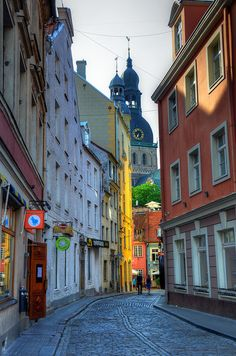 Street view in the old town, Riga / Latvia (by Gedsman).