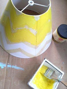 Buenas! Miren lo que es esta lámpara con pattern Chevron y en amarillo!!!! Amor total!!! Les cuento que es mooooy fácil y le va a dar un toque nuevo a ese rincón que estaba triste en tu casa. Un cosa, fíjense la combineta con la mesa celeste! Levanta un montón y queda genial. Vamos a…