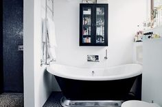 STYLE, SPACE & STUFF Love this roll top bath in this modern bathroom setting, works so well.