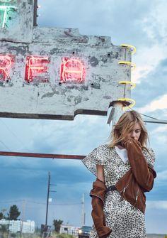 Unser Lieblingslook von Camille Rowe: T-Shirt, um 7 Euro; Kleid, um 60 Euro; Lederjacke: um 170 Euro. Alles von Mango
