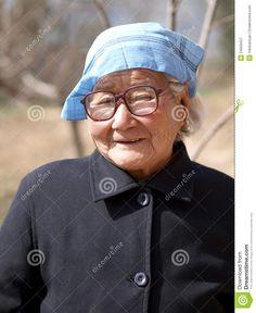 Personaje: Mujer de Indalecio. Ella is sorprendido y triste por el regresar de Indalecio. Ella es viejo y tiene pelo gris y lleva un pañuelo.