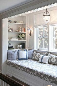 Sitzecke auf der Fensterban gemütlich