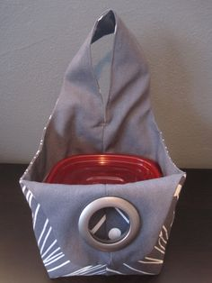 Kleine omkeerbare doek tote tas, een variatie op een Japanse Knot stijl tas.  Deze tas is de tas van de perfecte lunch en meest plastic bakjes van de lunch met voldoende vrije ruimte past!  Deze tote ook werkt goed als een breien project tas, make-up of toilettas tas, of voor andere kleine tot middelgrote formaat items.  Tas maatregelen 5 x 5,5 op de bodem, 5.5 hoog aan de zijkanten van de tas, riem is 16 ronde.  Tas wordt met containers voor grootte verwijzing weergegeven.