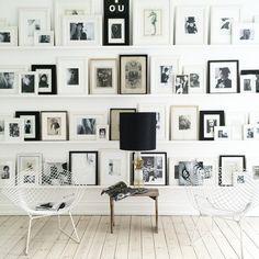 Oggi diamo una sbirciatina alla casa della scrittrice daneseAnnika von Holdt.Tante le cose che mi hanno colpito, ma, in particolare, il mio sguardo è stato catturato da questa parete piena di cornici. Come ho già detto altre volte, amo l'idea di dedicare un'intera parete a foto o stampe d'arte. E qui l'idea mi piace ancora...Read More » »